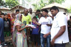 सुनसरी शाखाद्वारा भोक्राहाका बाढी पीडितलाई नया कपडा वितरण